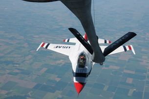 A U.S. Air Force Thunderbird pilot manevurs his F-16 Fighting Falcon towards a refueling boom.の写真素材 [FYI02696325]