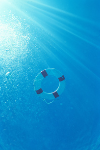 Underview, life preserver floating on surface of waterの写真素材 [FYI02696433]