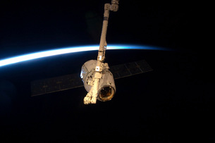 The SpaceX Dragon cargo craft with Earth's horizon in the background.の写真素材 [FYI02696451]