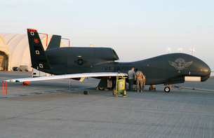 U.S. Airmen conduct preflight services on an RQ-4 Global Hawの写真素材 [FYI02696460]