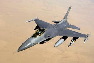An F-16 Fighting Falcon in flight over Iraq.の写真素材 [FYI02696486]