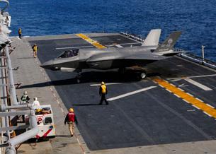 An F-35B Lightning II makes a vertical landing on the flight deck of USS Wasp.の写真素材 [FYI02696494]