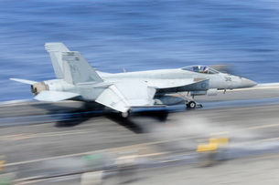 An F/A-18E Super Hornet launches from the aircraft carrier USS George Washington.の写真素材 [FYI02696504]