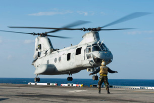 An aviation boatswain's mate directs a CH-46E Sea Knight.の写真素材 [FYI02696557]