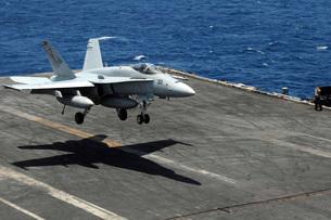 An F/A-18C Hornet lands aboard the aircraft carrier USS Ronald Reagan.の写真素材 [FYI02696652]
