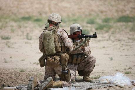 U.S. Marines prepare a fragmentation round for the RPG-7.の写真素材 [FYI02696661]