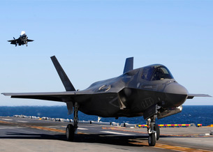 F-35B Lighnting II variants land aboard the flight deck of USS Wasp.の写真素材 [FYI02696675]