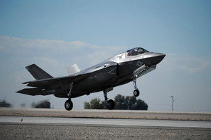 A U.S. Marine Corps F-35B aircraft comes in for landing.の写真素材 [FYI02696712]