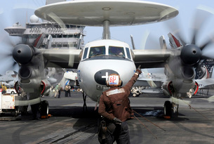 Aviation Electronics Technician directs an E-2C Hawkeye to start its engines.の写真素材 [FYI02696736]