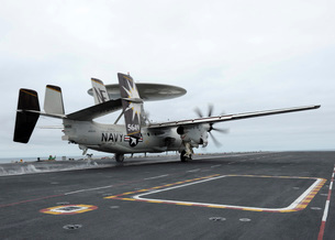 An E-2C Hawkeye launches off the flight deck of USS Abraham Lincoln.の写真素材 [FYI02696771]