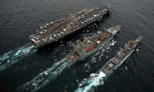 A replenishment at sea between USS Abraham Lincoln, USNS Guadalupe and USS Cape St. George.の写真素材 [FYI02696832]