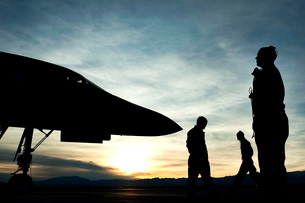 U.S. Air Force airmen prepare for a B-1B Lancer to launch.の写真素材 [FYI02696886]