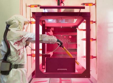 Worker painting steel red in steel factoryの写真素材 [FYI02697043]