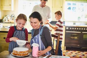 Family baking cake in kitchenの写真素材 [FYI02697065]