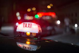 Close up of illuminated Parisian taxi light, Paris, Franceの写真素材 [FYI02697080]