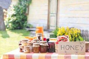 Fresh jars of honey at farmer's market stallの写真素材 [FYI02697094]