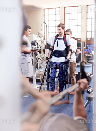 Man with forearm crutches receiving physical therapyの写真素材 [FYI02697146]
