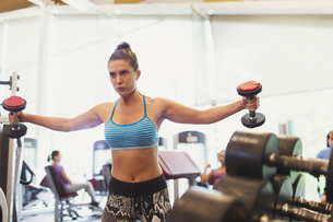 Focused woman doing dumbbell chest fly at gymの写真素材 [FYI02697157]