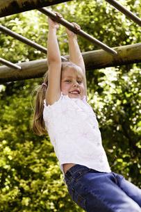Girl on monkey barsの写真素材 [FYI02697230]