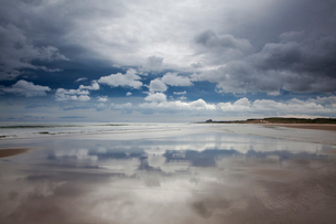 Reflection of clouds on beach at low tideの写真素材 [FYI02697312]