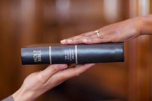 Bailiff giving oath to witnessの写真素材 [FYI02697526]