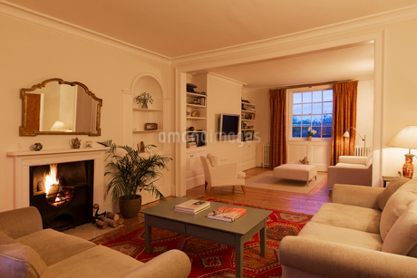 Illuminated living room with fireplaceの写真素材 [FYI02697556]