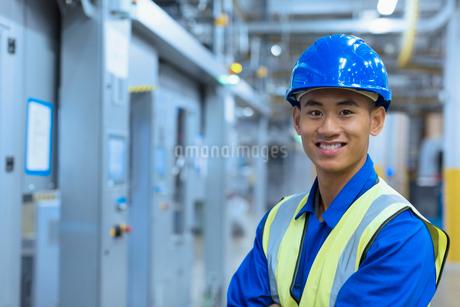 Portrait smiling worker in hard-hat in factoryの写真素材 [FYI02697588]