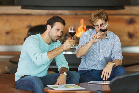 Men wine tasting red wine in winery tasting roomの写真素材 [FYI02697595]