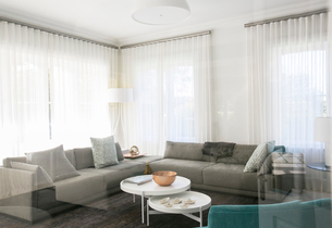 Home showcase living room with sofasの写真素材 [FYI02697738]