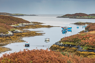 View of fishing boats on tranquil lake, Loch Euphoirt, North Uist, Outer Hebridesの写真素材 [FYI02697854]
