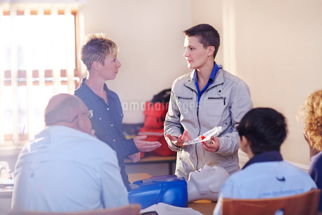 Instructor leading CPR training classの写真素材 [FYI02698018]