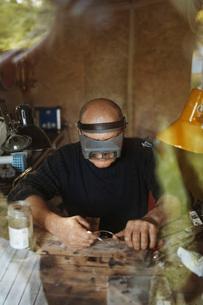 Senior craftsperson working in workshopの写真素材 [FYI02698042]