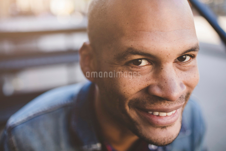 Portrait of mid adult man smiling outdoorsの写真素材 [FYI02698154]