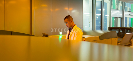 Worker among printers in printing plantの写真素材 [FYI02698298]