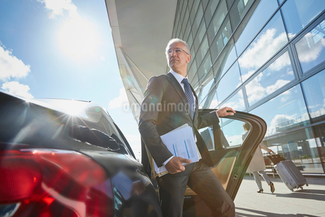 Businessman arriving at airport getting out of town carの写真素材 [FYI02698388]