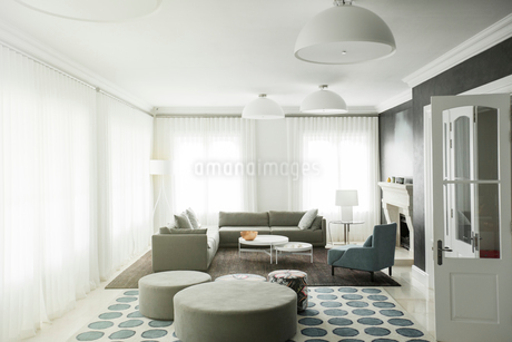 Home showcase living roomの写真素材 [FYI02698396]