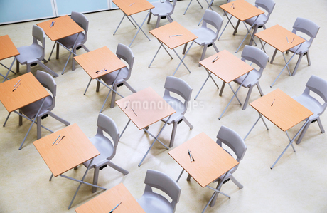 Elevated view of rows of desks and chairs in empty classroomの写真素材 [FYI02698423]