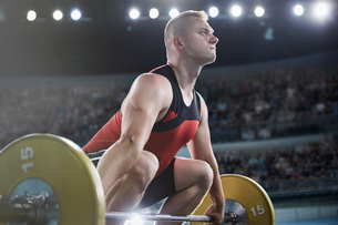 Focused male weightlifter lifting barbellの写真素材 [FYI02698503]
