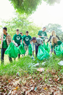 Environmentalist volunteers picking up trashの写真素材 [FYI02698542]