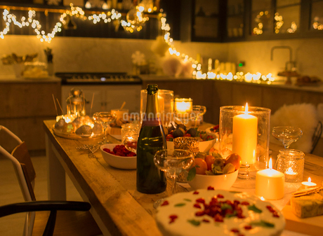 Champagne and desserts on candlelight Christmas tableの写真素材 [FYI02698595]