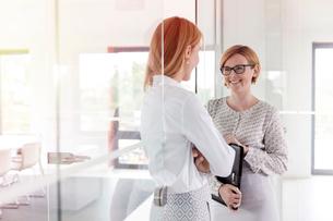 Businesswomen talking in officeの写真素材 [FYI02698689]