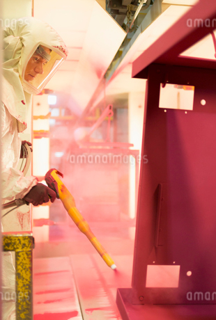 Worker painting steel red in steel factoryの写真素材 [FYI02698696]