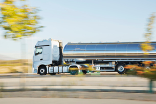Stainless steel milk tanker on the roadの写真素材 [FYI02698710]