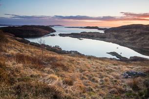 Tranquil ocean bay at sunset, Scotlandの写真素材 [FYI02698933]