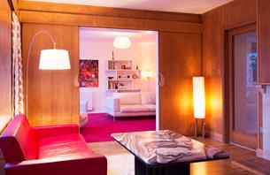 Illuminated wood paneled living roomの写真素材 [FYI02699005]