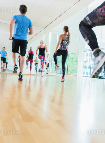 Fitness instructor leading aerobics classの写真素材 [FYI02699013]