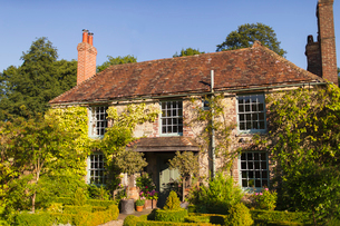 Ivy covered cottage, Haslemere, Englandの写真素材 [FYI02699077]