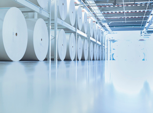 Large spools of paper in printing plantの写真素材 [FYI02699098]