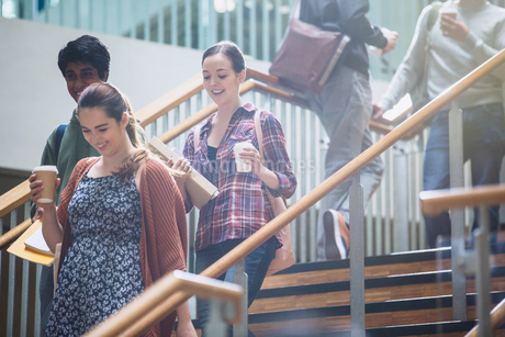 College students with coffee descending stairwayの写真素材 [FYI02699099]
