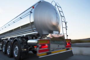 Stainless steel milk tanker on the roadの写真素材 [FYI02699151]